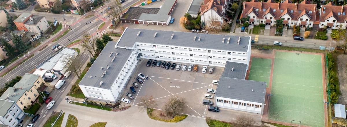 Zdjęcie z góry budynku szkoły